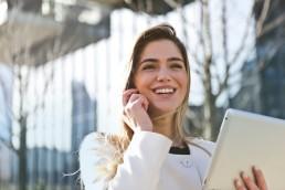 Frau ist glücklich wegen Widerruf Lebensversicherung mit Nettokonzept